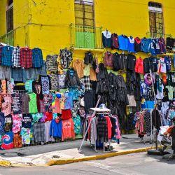 La ropa se exhibe para la venta en el mercado de pulgas El Chopo en México, Ciudad, en medio de la nueva pandemia de coronavirus. | Foto:PEDRO PARDO / AFP