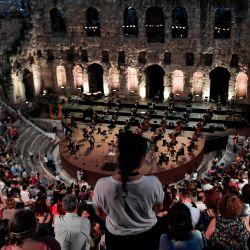 La Ópera Nacional Griega se presenta en el antiguo teatro Herodus Atticus al pie de la Acrópolis, durante un concierto con una recopilación de óperas famosas en Atenas. | Foto:Louisa Gouliamaki / AFP