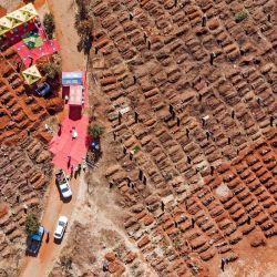 Esta imagen aérea muestra varios funerales celebrados en el cementerio Olifantsvlei en Soweto. - Las escuelas públicas de Sudáfrica volverán a cerrar durante un mes para limitar la propagación del coronavirus a medida que el país se enfrenta a las crecientes infecciones. | Foto:MARCO LONGARI / AFP