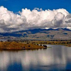 Ubicado a lo largo de la extensa frontera terrestre entre Perú y Bolivia, el Titicaca es el lago más alto del mundo.