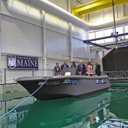Es una embarcación capaz de navegar por el agua sin inconvenientes.