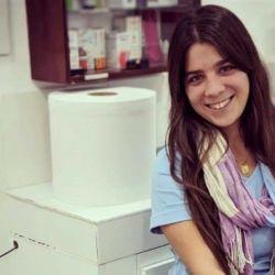 Leila Peluso López es médica veterinaria y recorre el Delta en la primera lancha ambulancia de la zona.