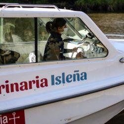 Leila López atiende las mascotas del Delta a bordo de su lancha ambulancia. Es la primera doctora del país con una embarcación propia de este tipo.