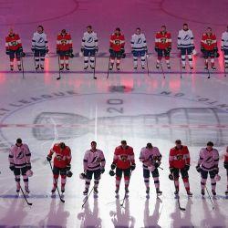 El Tampa Bay Lightning y los Florida Panthers prestan atención a los himnos nacionales antes de su juego de exhibición antes de los playoffs de la NHL Stanley Cup 2020 en el Scotiabank Arena en Toronto, Ontario, Canadá. | Foto:Andre Ringuette / Getty Images / AFP