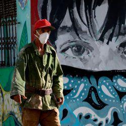 Un hombre con una máscara facial camina por una calle de La Habana. - Cuba tiene 2588 casos confirmados de COVID-19 y 87 fallecidos. | Foto:YAMIL LAGE / AFP