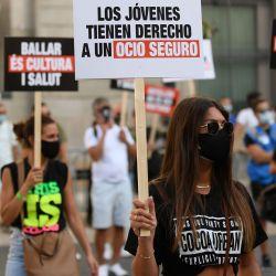 Una mujer sostiene un cartel que dice  | Foto:AFP