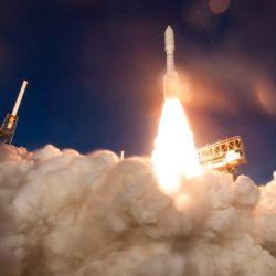 Esta foto de la NASA muestra un cohete United Launch Alliance Atlas V con el rover Mars 2020 Perseverance de la NASA a bordo cuando se lanza desde el Space Launch Complex 41 en la Estación de la Fuerza Aérea de Cabo Cañaveral. | Foto:Joel Kowsky / NASA / AFP