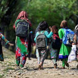 Los alumnos caminan hacia su escuela al aire libre situada en la cima de una montaña en Doodhpathri, Cachemira administrada por la India. | Foto:Tauseef Mustafa / AFP