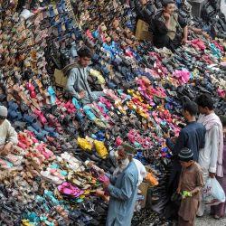 Los clientes compran en los puestos de zapatos en una calle antes del festival musulmán Eid al-Adha o el 'Festival del sacrificio', en Quetta. | Foto:Banaras Khan / AFP