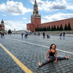 Una mujer posa en la Plaza Roja en el centro de Moscú. | Foto:Yuri Kadobnov / AFP