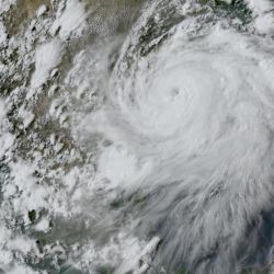 Si sigue cobrando fuerzas, en las próximas horas, Isaías se convertirá en huracán categoría 2.