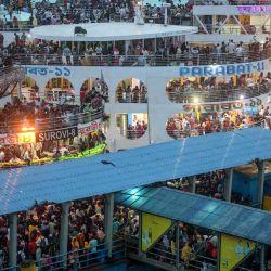 Multitudes de personas se reúnen en transbordadores mientras viajan de regreso a casa antes del festival musulmán Eid al-Adha o el 'Festival del sacrificio' en Dhaka.   Foto:Munir Uz zaman / AFP