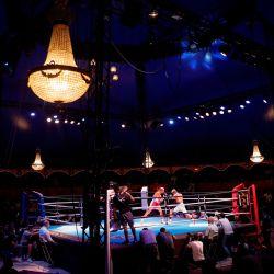 El boxeador francés Khalil El Hadri (C) pelea con el boxeador nicaragüense Félix García durante la noche de boxeo de Fighting Nation, el primer evento interior postcovid, dentro del circo Bormann en París.   Foto:GEOFFROY VAN DER HASSELT / AFP
