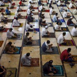 Los indonesios realizan oraciones de Eid al-Adha con distanciamiento social como medida preventiva contra el coronavirus COVID-19, en Bandung, Java Occidental.   Foto:TIMUR MATAHARI / AFP
