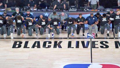 Protesta. Jugadores arrodillados durante el himno, mensajes en las camisetas y el espíritu del Black Lives Matter. Así fue el regreso de la mejor liga de básquet del mundo.
