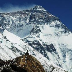 El anuncio de la reapertura al turismo del Everest tiene lugar en un momento muy complicado por el rebrote del coronavirus en Nepal.