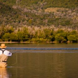 La normativa señala que se deberá tener en cuenta la protección de los ambientes de reproducción y el desove de los salmónidos.
