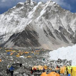 Los alpinistas tienen tiempo hasta el próximo 17 de agosto, fecha en la que está prevista que se reanuden los vuelos nacionales e internacionales.