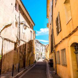 La antigua capital de la Provenza mantiene intacta la elegancia que la ha acompañado a lo largo de los siglos.