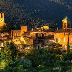 Lourmarin de poco más de 1.000 habitantes que se destaca por su refinamiento y cautiva a los amantes del arte.