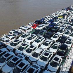 La foto muestra un buque de carga que transportaba automóviles que se dirigía por el río Yangtze en Yichang, en la provincia central china de Hubei. | Foto:STR / AFP