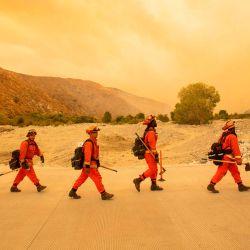 Los bomberos internos llegan al lugar del incendio de Water, un nuevo comienzo a unas 20 millas del incendio de Apple en Whitewater, California. | Foto:JOSH EDELSON / AFP