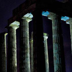 La luna llena se eleva detrás del antiguo templo de Zeus en Nemea. | Foto:Valerie Gache / AFP