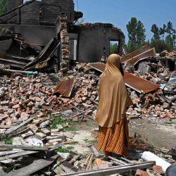 Una mujer inspecciona los escombros de las casas de sus familiares que fueron arrojados por morteros disparados por soldados indios durante un tiroteo con rebeldes, en Sopore, al norte de Srinagar. | Foto:TAUSEEF MUSTAFA / AFP