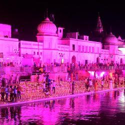 Los devotos hindúes encienden lámparas de tierra a orillas del río Sarayu en la víspera antes de la ceremonia de inauguración del templo Ram propuesto en Ayodhya. | Foto:SANJAY KANOJIA / AFP