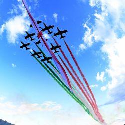 Una vista de gran angular muestra a la unidad acrobática italiana de la Fuerza Aérea Frecce Tricolori (Flechas tricolores) actuando sobre el nuevo puente de San Giorgio en su día de inauguración en Génova. | Foto:Andreas Solaro / AFP