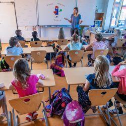 Mecklemburgo-Pomerania Occidental, Schwerin: La maestra Francie Keller da la bienvenida a los alumnos de la clase 3c en su aula de la escuela primaria de Lankow al primer día escolar después de las vacaciones de verano. | Foto:Jens Büttner / dpa-Zentralbild / DPA