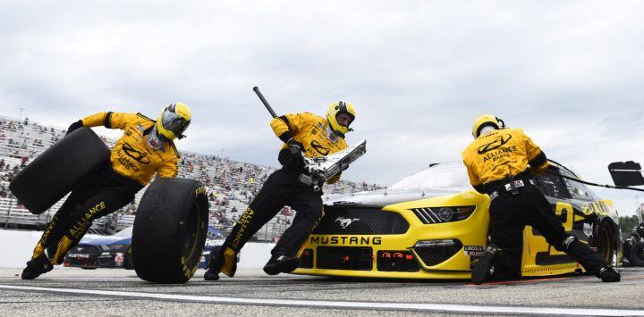 Brad Keselowski, piloto del Ford Western Star / Alliance Parts, se enfrenta durante la Copa NASCAR Foxwoods Resort Casino 301 en New Hampshire Motor Speedway en Loudon, New Hampshire.