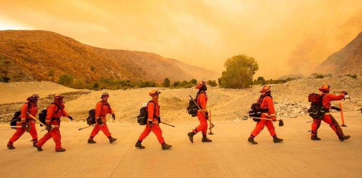 Los bomberos internos llegan al lugar del incendio de Water, un nuevo comienzo a unas 20 millas del incendio de Apple en Whitewater, California.