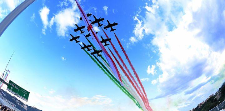 Una vista de gran angular muestra a la unidad acrobática italiana de la Fuerza Aérea Frecce Tricolori (Flechas tricolores) actuando sobre el nuevo puente de San Giorgio en su día de inauguración en Génova.