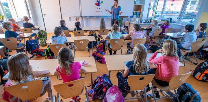 Mecklemburgo-Pomerania Occidental, Schwerin: La maestra Francie Keller da la bienvenida a los alumnos de la clase 3c en su aula de la escuela primaria de Lankow al primer día escolar después de las vacaciones de verano.