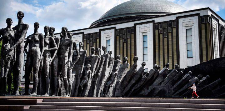 """Un niño pasa junto a una escultura conmemorativa de la Segunda Guerra Mundial titulada """"La tragedia del pueblo"""" de Zurab Tsereteli en la Colina Poklonnaya en el oeste de Moscú."""