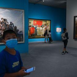 La gente visita la exposición de arte    Foto:STR / AFP