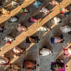 Los musulmanes asisten a las oraciones de Eid al-Adha con distanciamiento social como medida preventiva contra el coronavirus COVID-19 en una mezquita en Surabaya en Java Oriental.   Foto:Juni Kriswanto / AFP