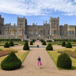 El gran jardín formal, con vistas a la fachada este del Castillo de Windsor, presenta camas de rosas plantadas en un patrón geométrico alrededor de una fuente central, y ofrece vistas al parque de Windsor circundante.   Foto:DANIEL LEAL-OLIVAS / AFP