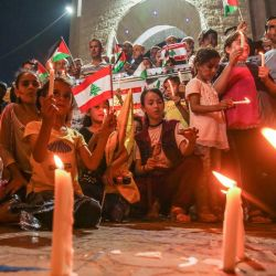 Los palestinos asisten a una vigilia a la luz de las velas en Rafah, en el sur de la Franja de Gaza, en apoyo de Líbano, un día después de que una explosión en un almacén en el puerto de la capital libanesa sembró la devastación en barrios de ciudades enteras.   Foto:SAID KHATIB / AFP