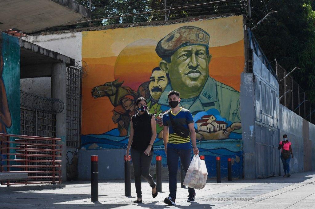 """El gobierno de Maduro aplica desde junio un esquema que llama """"7+7"""", que alterna siete días de confinamiento estricto, en los cuales todos los comercios son obligados a cerrar salvo los de sectores """"esenciales"""" como alimentos o salud."""