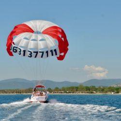 El parasailing en Saint Tropez nos eleva hasta los 100 m de altura en las aguas del Mediterráneo.