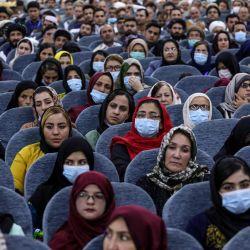 La gente asiste al primer día de la Loya Jirga, una gran asamblea, en el Loya Jirga Hall en Kabul. - Miles de afganos comenzaron una reunión de tres días en Kabul para decidir si liberarían a unos 400 prisioneros talibanes, incluidos muchos involucrados en ataques que mataron a decenas de afganos y extranjeros. | Foto:Oficina de prensa del Presidente de Afganistán / AFP