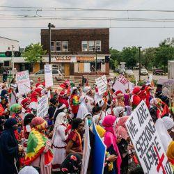 Las mujeres marchan en las calles en St. Paul, Minnesota. Los miembros de la comunidad Oromo participaron en una marcha silenciosa, conmemorando la institución Sinqee y honrando a las mujeres Oromo y sus diversos roles dentro de la comunidad. Uno de los rituales realizados fue el Ateetee. Las mujeres también exigieron la liberación de los prisioneros Oromo, en Etiopía, y también instaron a Estados Unidos a dejar de apoyar al gobierno etíope. | Foto:Brandon Bell / Getty Images / AFP