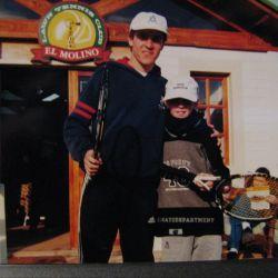 Martín Guzmán, más joven, como tenista, con un hermano. | Foto:Martín Guzmán, más joven, como tenista, con un hermano.