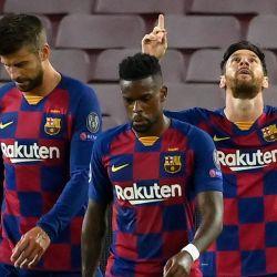 El delantero argentino del Barcelona Lionel Messi celebra con sus compañeros de equipo después de marcar un gol durante la ronda de la Liga de Campeones de la UEFA de 16 partidos de fútbol de segunda etapa entre el FC Barcelona y el Napoli en el estadio Camp Nou de Barcelona. | Foto:LLUIS GENE / AFP