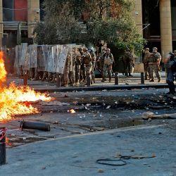 Las fuerzas de seguridad libanesas mantuvieron su posición durante los enfrentamientos con manifestantes en el centro de Beirut, luego de una manifestación contra un liderazgo político al que culpan por una monstruosa explosión que mató a más de 150 personas y desfiguró la capital Beirut. | Foto:JOSEPH EID / AFP