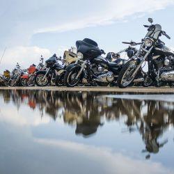 Un motociclista abandona el Full Throttle Saloon durante el 80 ° Rally Anual de Motocicletas Sturgis en Sturgis, Dakota del Sur. Si bien la concentración generalmente atrae a alrededor de 500,000 personas, las autoridades estiman que más de 250,000 personas aún pueden presentarse al festival de este año a pesar de la pandemia de coronavirus. | Foto:Michael Ciaglo / Getty Images / AFP