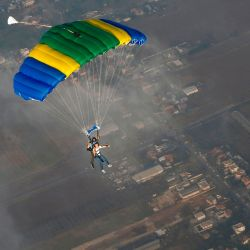 Un instructor israelí del centro de paracaidismo de Shomerat acompaña a un novato en un salto en tándem sobre el aeropuerto internacional Ben Gurion en Lod, al este de Tel Aviv, por primera vez en este deporte extremo en el aeropuerto habitualmente ocupado, actualmente inactivo debido a Restricciones de COVID-19. | Foto:GIL COHEN-MAGEN / AFP
