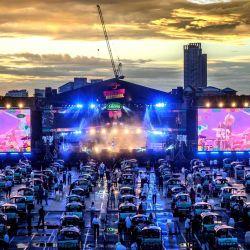 Los fanáticos de la música disfrutan de una actuación en vivo desde sus tuk-tuk, taxis tradicionales tailandeses, en Bangkok, durante el primer concierto nuevo normal de estilo tailandés, llamado Amazing Tuk Tuk Festival, respetando el distanciamiento social para evitar el propagación del coronavirus COVID-19. | Foto:Mladen Antonov / AFP